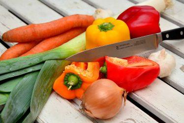 Měli byste začít jíst zdravěji a rozumněji. Základem jídelníčku při hubnutí musí být zelenina. Zelenina obsahuje poměrně hodně vody a jen málo kalorií.