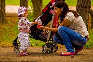 Ihned po porodu byste se určitě neměli pouštět do nějaké nízkokalorické diety. Potřebujete mít dostatek živin pro tvorbu mateřského mléka.