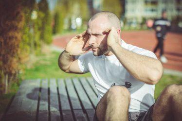 Tím, že posílíte a zpevníte svaly v oblasti břicha (a také svaly ve spodní části zad), dojde k tomu, že břišní stěna nebude tak výrazně vyklenutá.