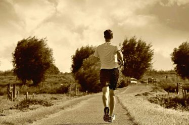 Při běhání i chůzi, se dá zhubnout asi stejně rychle. Pokud budete běhat nebo chodit správně, tak můžete hubnout skoro stejně rychle. Takže je to jedno, jestli běh nebo chůze.
