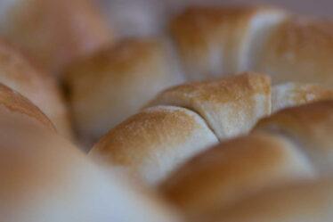 Rohlíky a housky (což je obvykle stejný typ pečiva, stejný typ těsta), kralují našemu jídelníčku. Rohlíků a housek sníme za rok více než chleba.