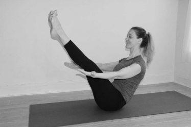 Současně je dobré, abyste alespoň 3x týdně věnovali 15 minut cvičení na břicho. Cviků na břišní svaly je spousta, mnoho z nich můžete dělat i doma.