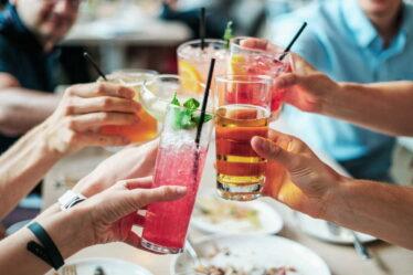Alkoholické nápoje obvykle obsahují velké množství kalorií. Například světlé pivo desítka, má 185 kcal (775 kJ) na půllitr nápoje.